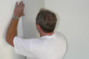 Blog Wohnklimaplatte von VEINAL® Anbringen der Wohnklimaplatten durch einen VEINAL® Mitarbeiter